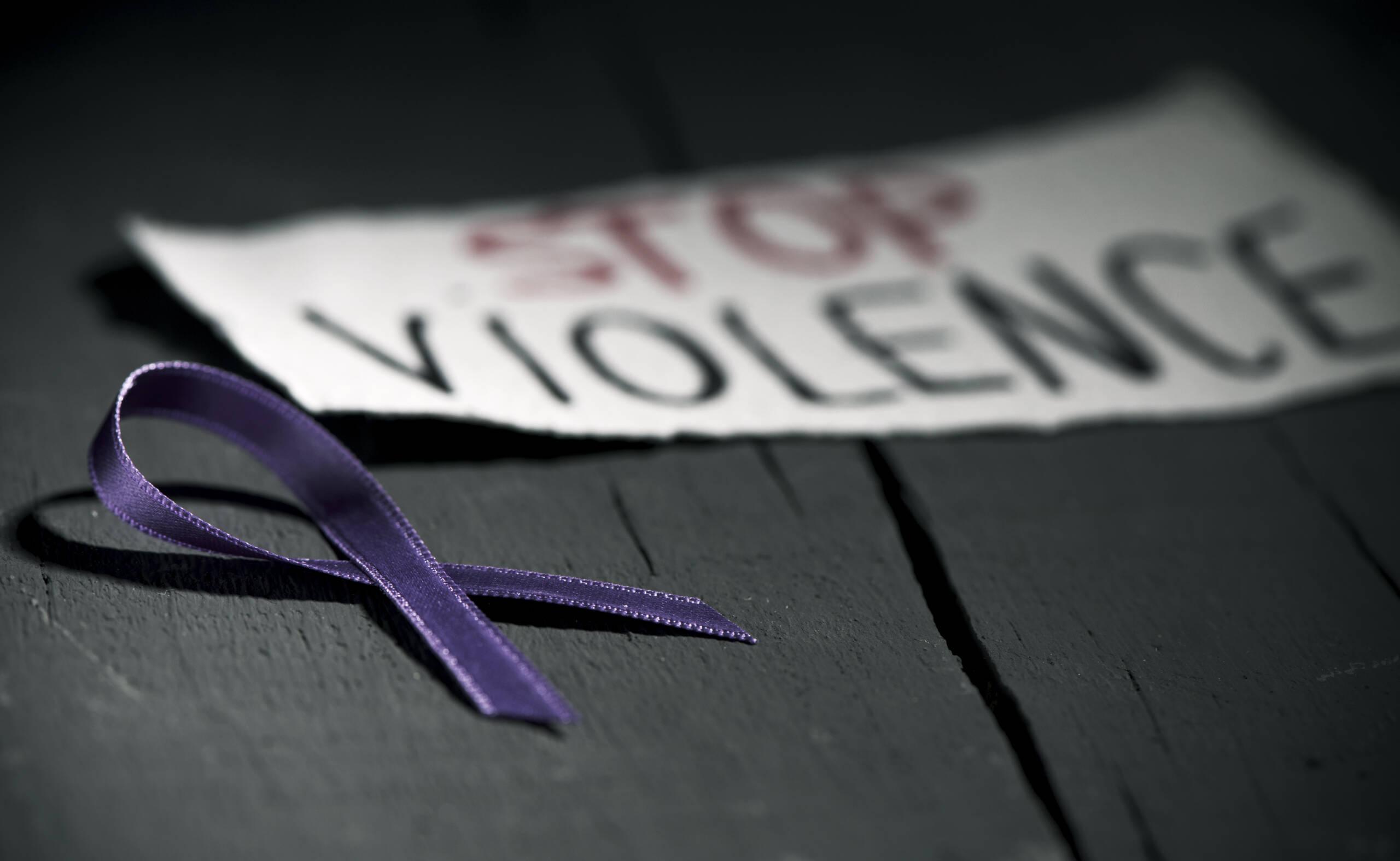 Giornata contro la violenza sulle donne, Catania si illumina di rosso: in Sicilia registrati 8 femminicidi da gennaio 2020