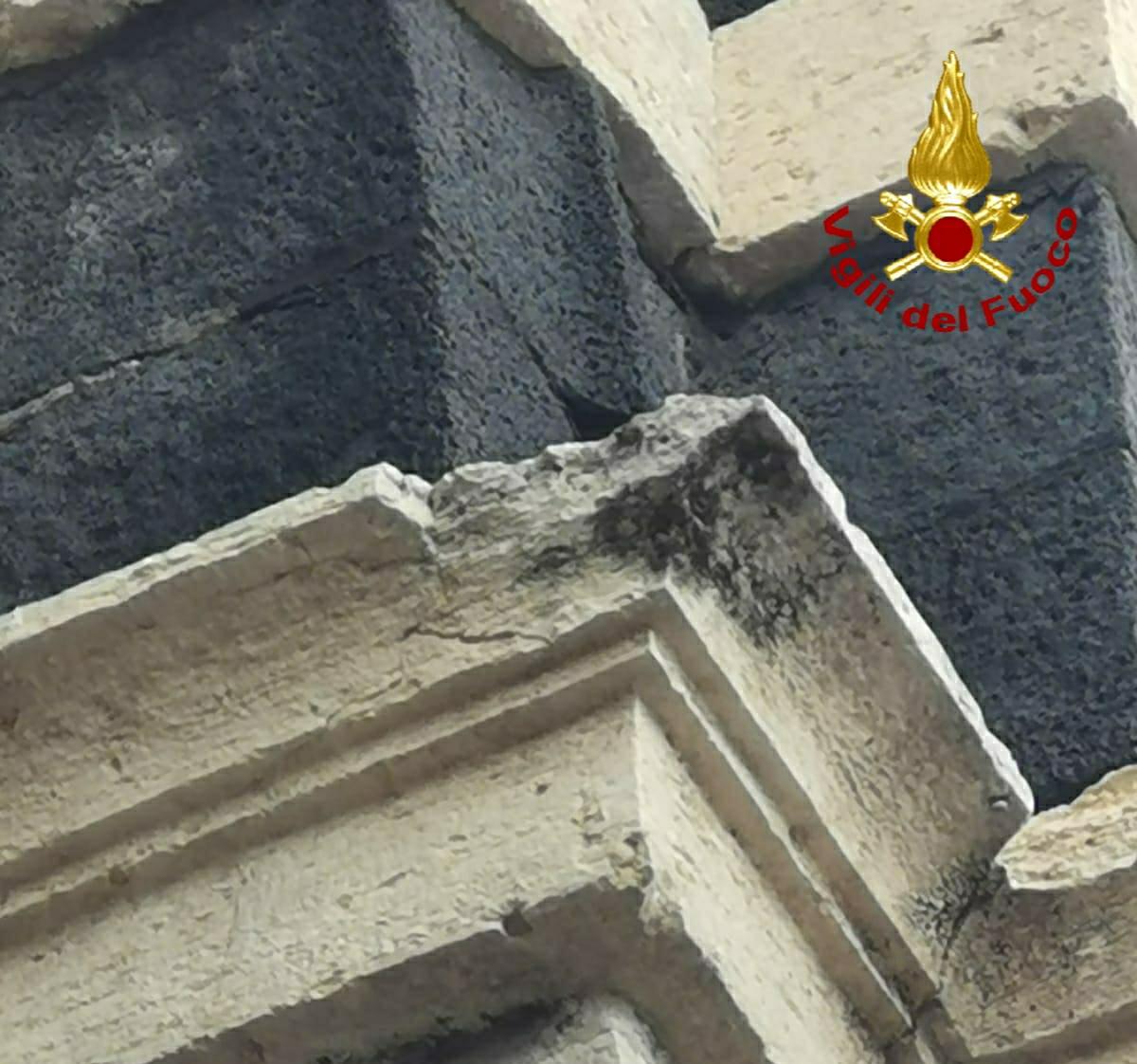 Catania, Porta Garibaldi perde pezzi: crollata una parte di cornicione – LE FOTO