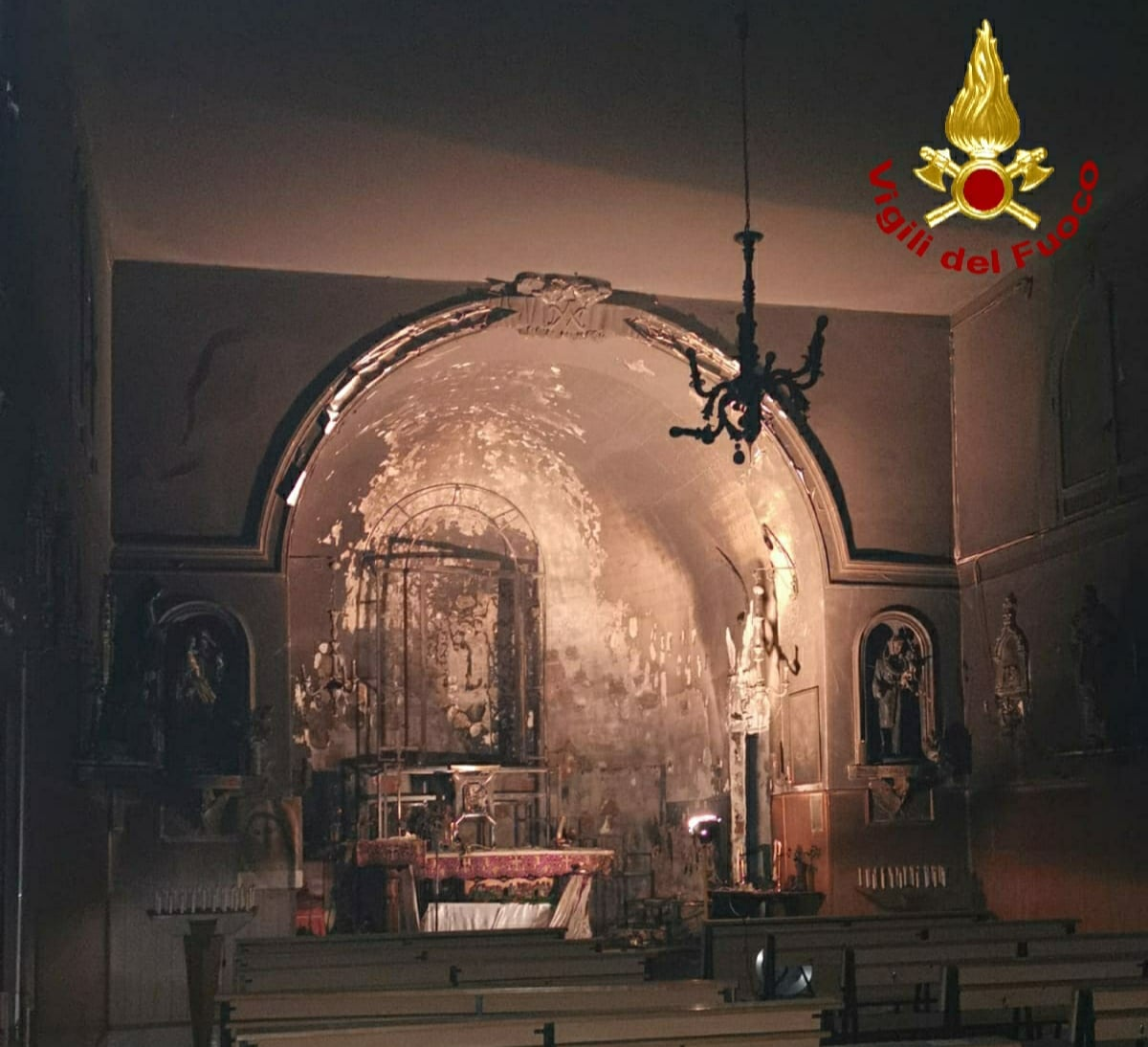 Incendio a Catania, fiamme nella chiesa S. Maria del Rosario: altare a fuoco – DETTAGLI