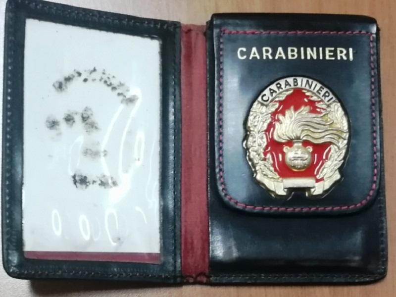 """Fermato al posto di blocco: """"Sono un carabiniere"""" ed esibisce falsi distintivi: denunciato 45enne"""