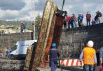 Catania, incredibile al porto di Ognina: il mare restituisce una barca – Le FOTO