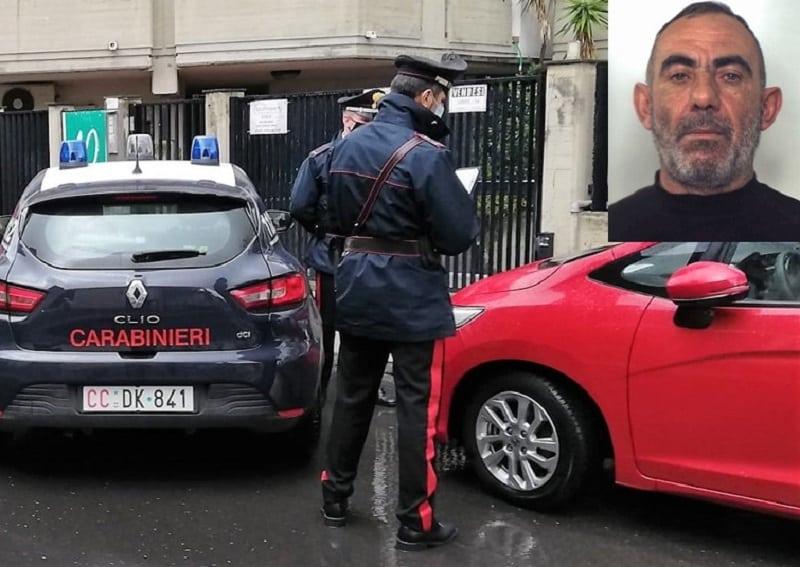 Tenta di rubare ruote posteriori di un'auto ad Aci Castello, carabinieri lo trovano accovacciato: ai domiciliari 43enne