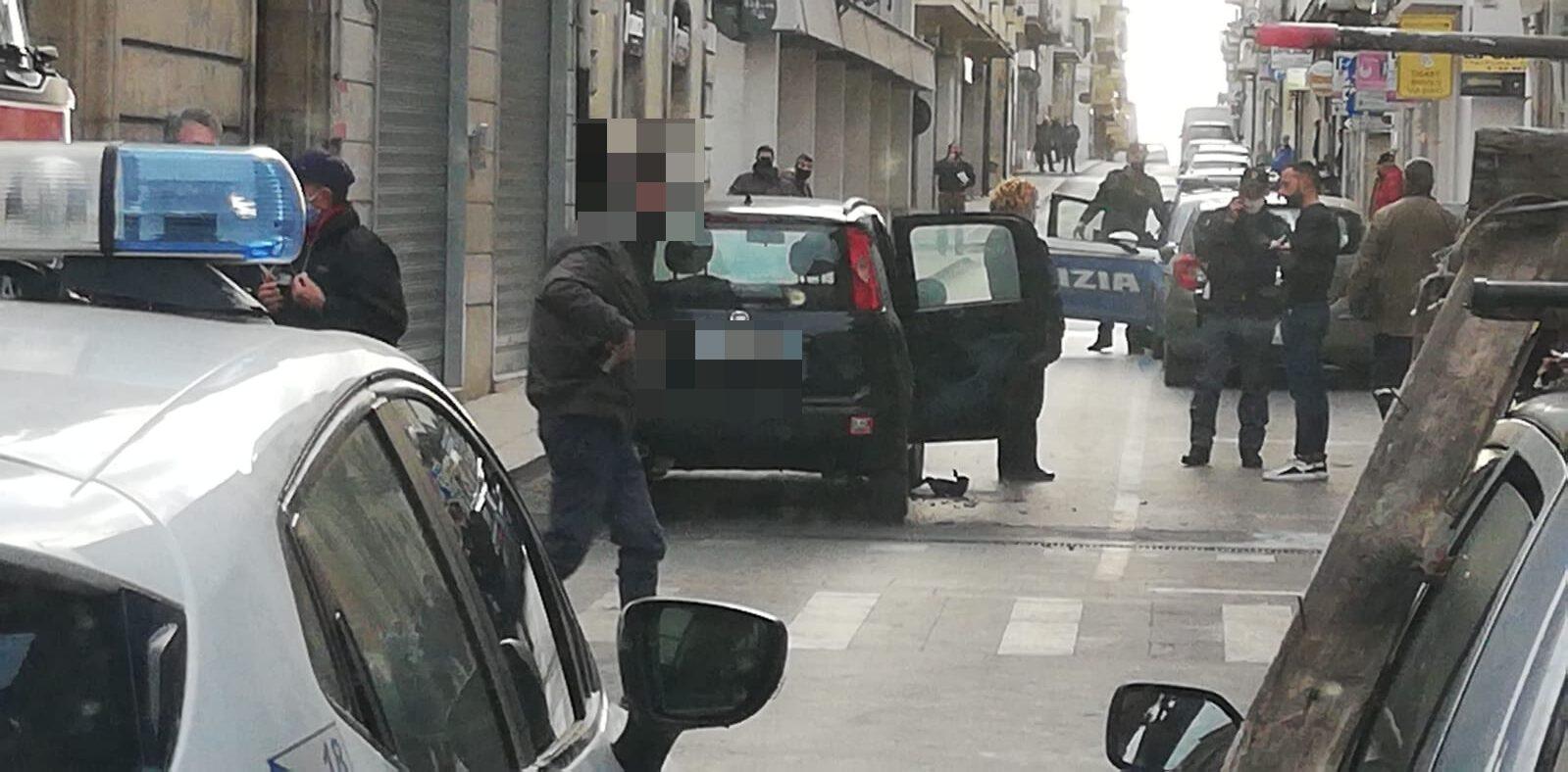 Esplodono petardi di fine anno dentro auto in via Cavour: uomo ustionato, veicolo danneggiato – FOTO