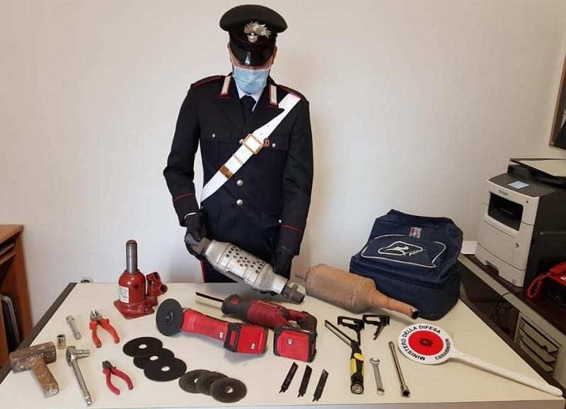 Rubano attrezzi automobolistici da altre vetture, ma i carabinieri li beccano: arrestate due persone
