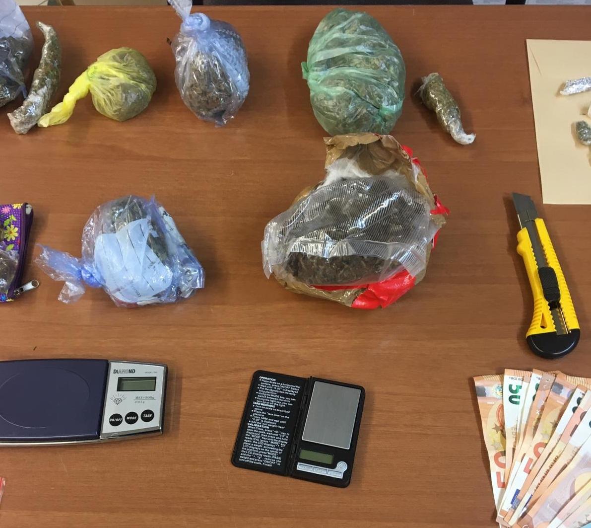 Marijuana e hashish in casa pronti per essere spacciati: arrestata rumena