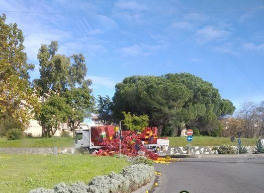 Traffico in tilt nel Catanese, camion perde arance a pochi passi della rotonda di corso Italia
