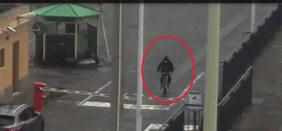 """Riposto, al porto in bici per abbandonare rifiuti: """"beccato"""" dalle telecamere, arriverà la sanzione – FOTO"""