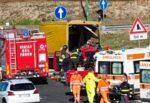 Terribile incidente sulla Siracusa-Catania: scontro tra due mezzi, un ferito estratto dalle lamiere