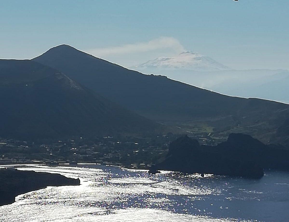 Ancora cenere, lava e tremori: l'Etna si specchia sul mare e il sole la bacia. Che bedda Catania… – LE FOTO