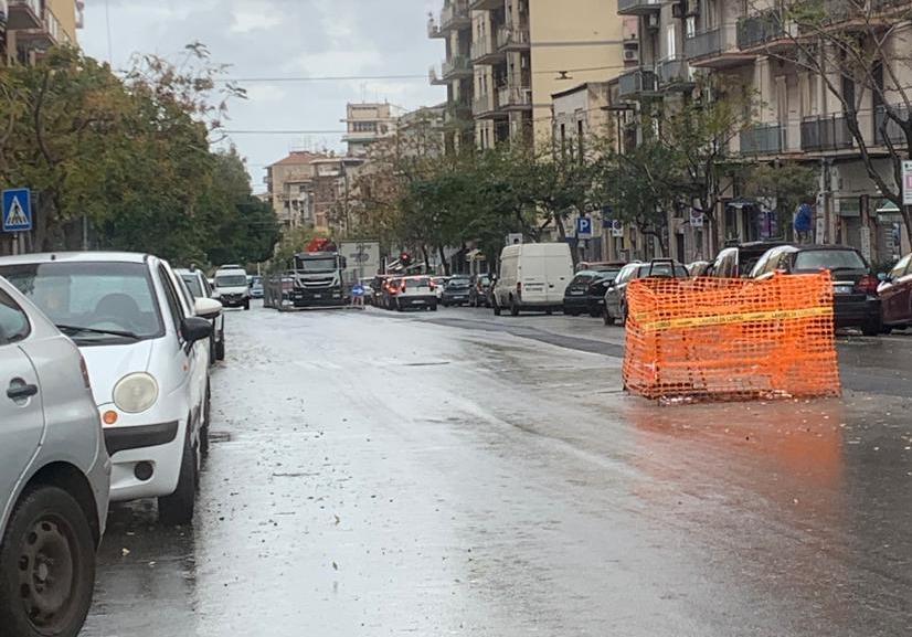 Cantiere, parcheggio selvaggio e lunghe code: caos al viale Mario Rapisardi, la richiesta del comitato Romolo Murri