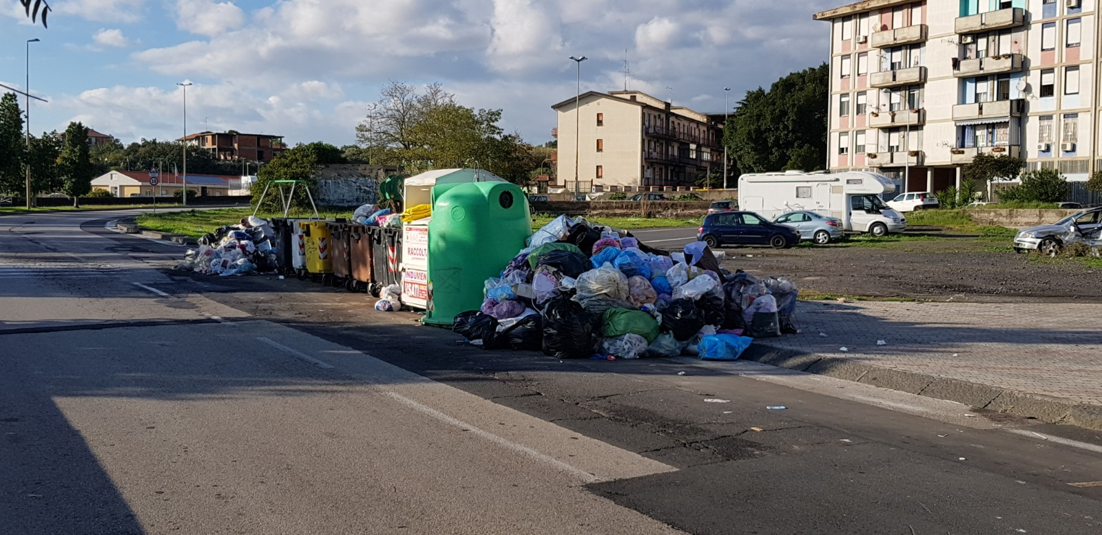 """Catania, emergenza rifiuti: a San Giovanni Galermo montagne di spazzatura in strada. Zingale: """"Mettere porta a porta"""""""