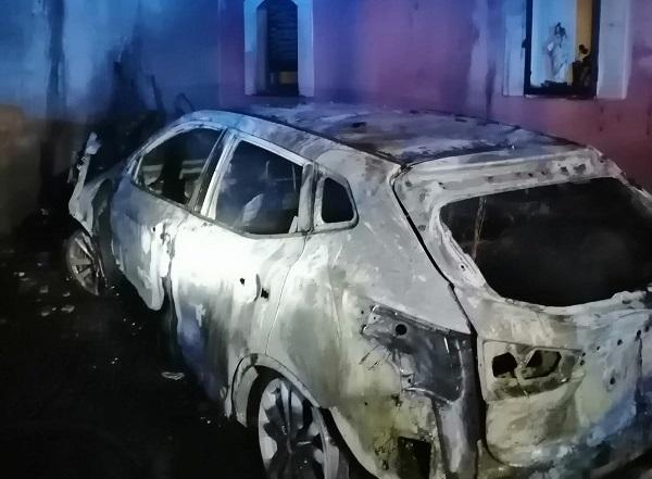 Incendio nella notte a Viagrande, auto distrutta e danni all'abitazione – Il VIDEO e le FOTO