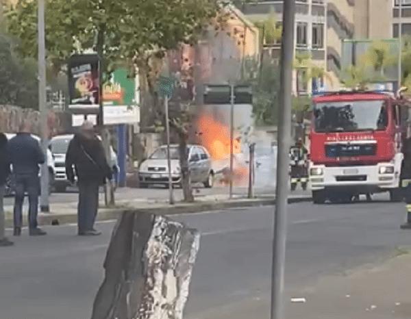 Catania, incendio alla Circonvallazione: auto in fiamme, vigili del fuoco sul posto