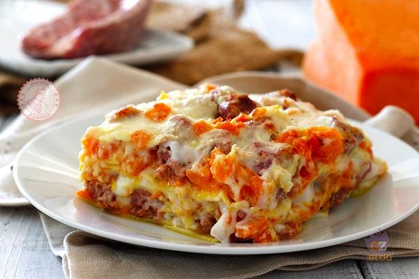 Lasagne zucca e salsiccia, la ricetta per un pranzo di Natale fatto in casa: ingredienti, procedimento e consigli