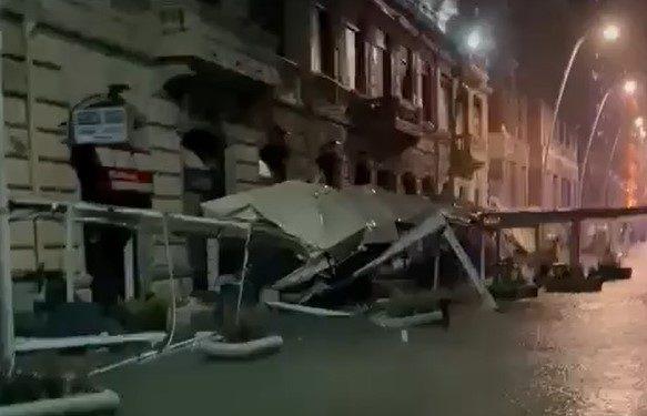 Maltempo a Napoli, il mare invade la città: danni sul lungomare, chiusa ancora oggi via Partenope