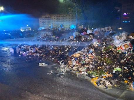 Emergenza rifiuti Palermo, incendi in città: vigili del fuoco in azione presi a sassate da dei ragazzi