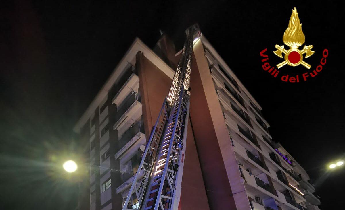 Paura al viale Mario Rapisardi, fumo denso da un palazzo di 8 piani: vigili del fuoco, carabinieri e 118 sul posto