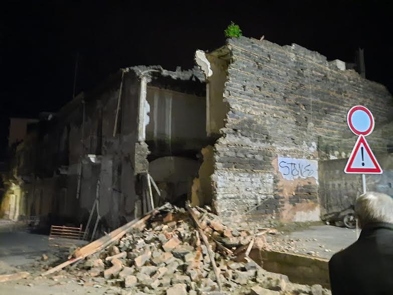 Catania, paura a Cibali: crollati parti di vecchi fabbricati dismessi. Sloggiate 4 famiglie – Le FOTO