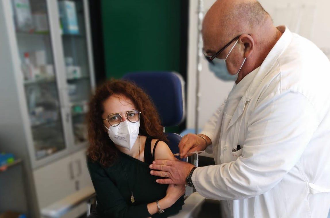 Catania, avviata somministrazione delle seconde dosi del vaccino: 76 operatori ricevono il richiamo