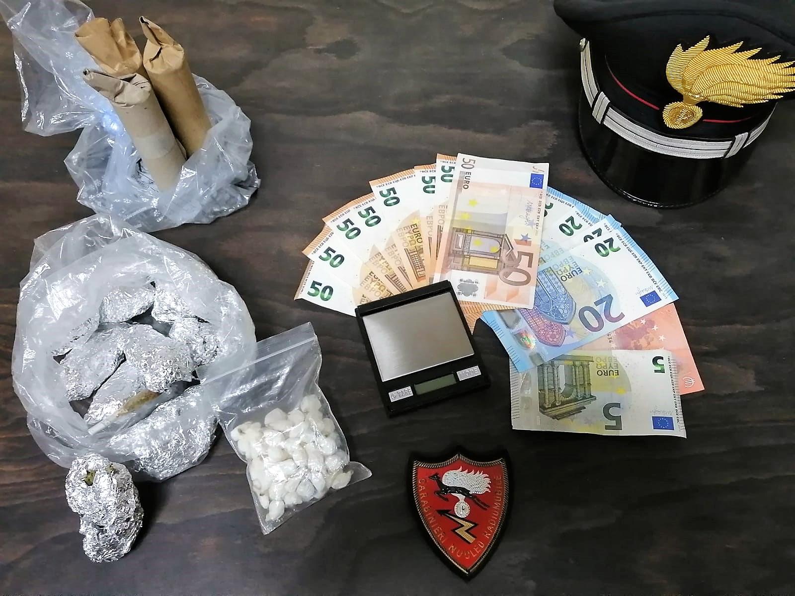 Riposto, droga e denaro negli slip: arrestato un 16enne, denunciato l'amico di 19 anni