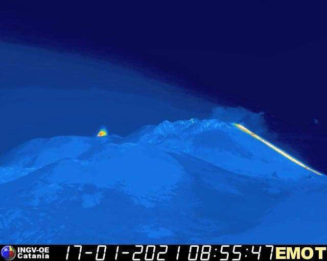 """Attività esplosiva e lava, Etna """"agitata"""" dalle prime ore del mattino: la comunicazione dell'Ingv"""
