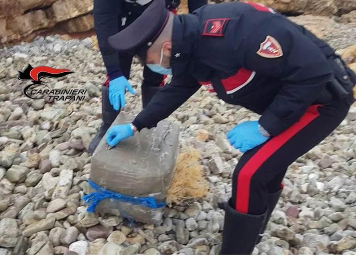 Pacco sospetto ritrovato sulle coste siciliane: 300 panetti di hashish all'interno