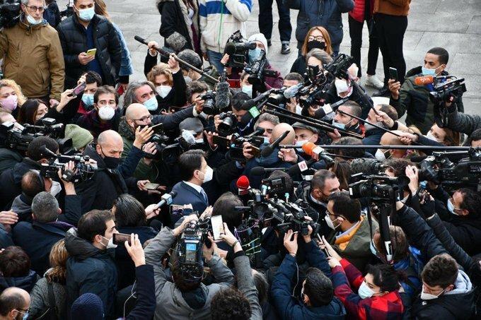 Conte, la crisi di Governo e gli assembramenti dei giornalisti fuori  Palazzo Chigi: la foto fa