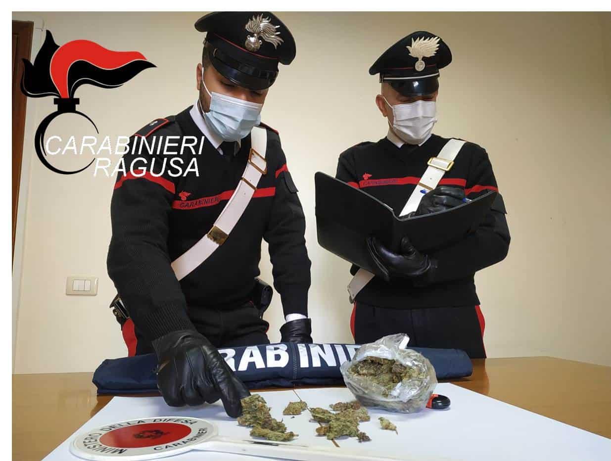 Vittoria, droga in casa: arrestato un 17enne con un etto di marijuana in un barattolo