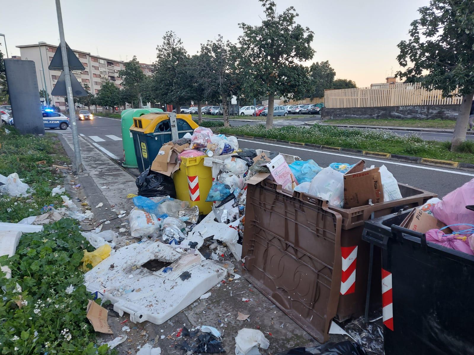 Catania, petardi dentro ai cassonetti: arrestato un 20enne, in casa anche droga – Le FOTO