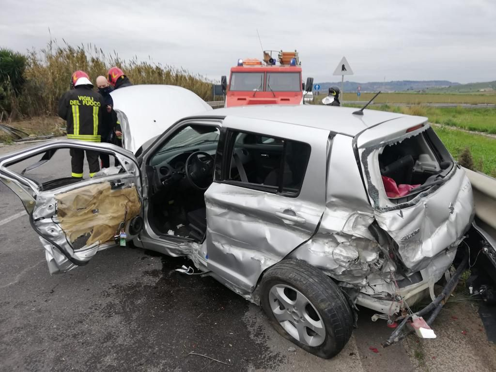 Incidente sulla Gela-Catania, uomo incastrato tra le lamiere dell'auto: soccorso da vigili del fuoco e 118 – FOTO