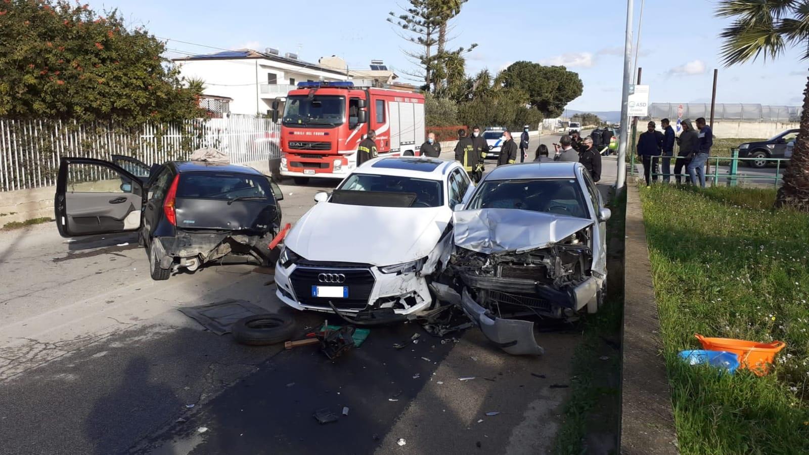 Incidente stradale in Sicilia, forte impatto e auto distrutte: municipale e vigili del fuoco sul posto – FOTO