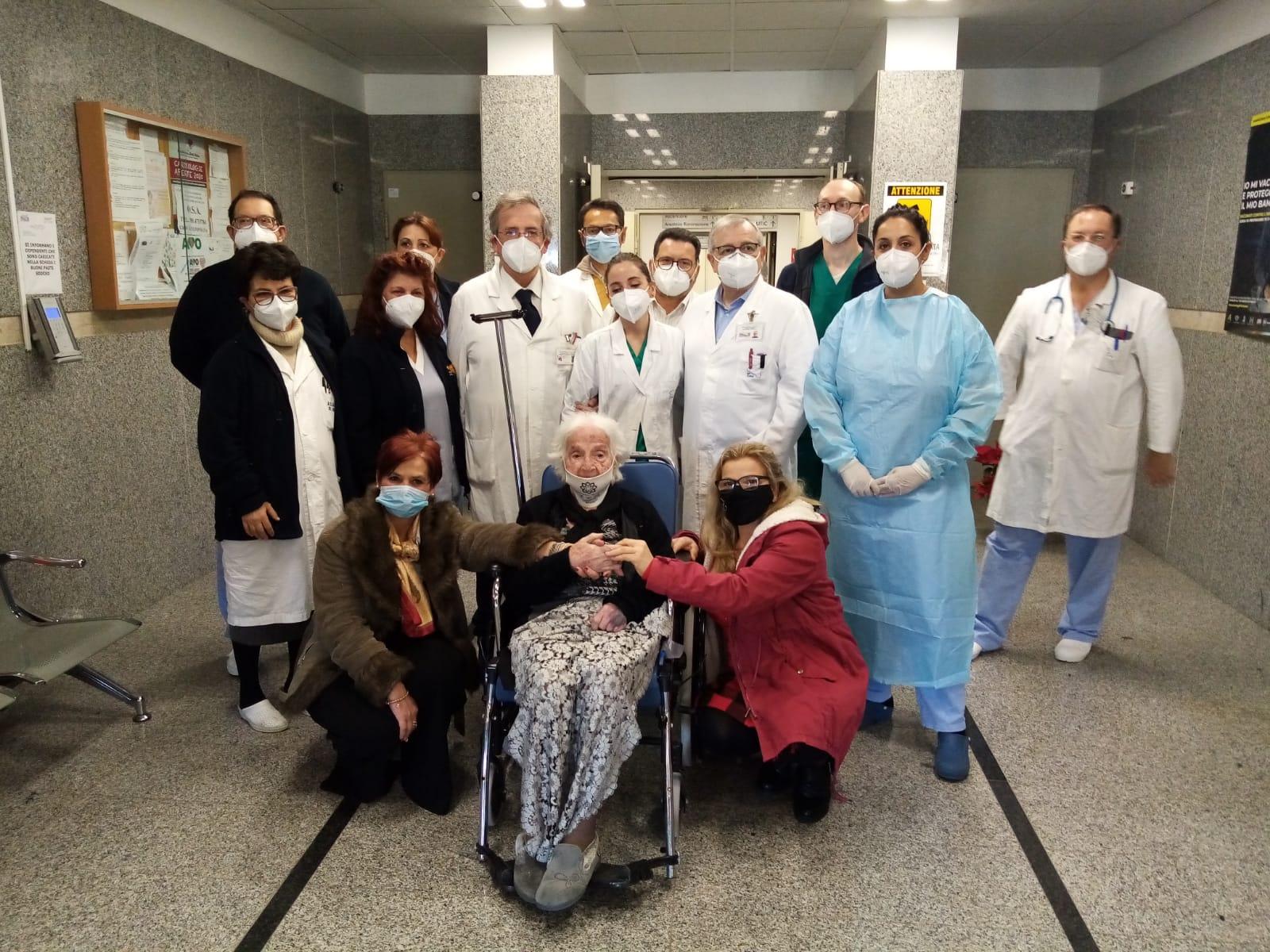 Coronavirus Sicilia, nonna Angela più forte della malattia: a 101 anni sconfigge il Covid e riabbraccia figli e nipoti