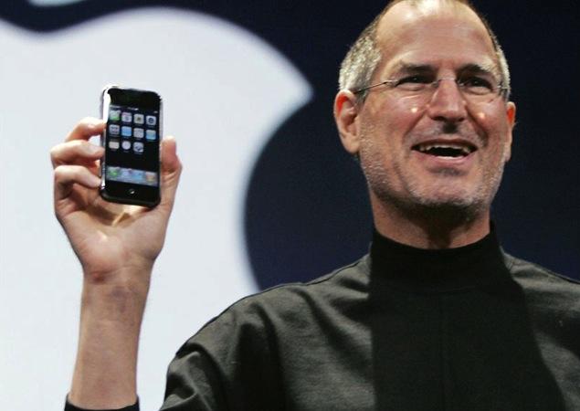 """L'iPhone compie 14 anni, Steve Jobs aveva previsto il futuro: """"Potente"""", """"innovativo"""" e """"aiuta con la DaD"""""""