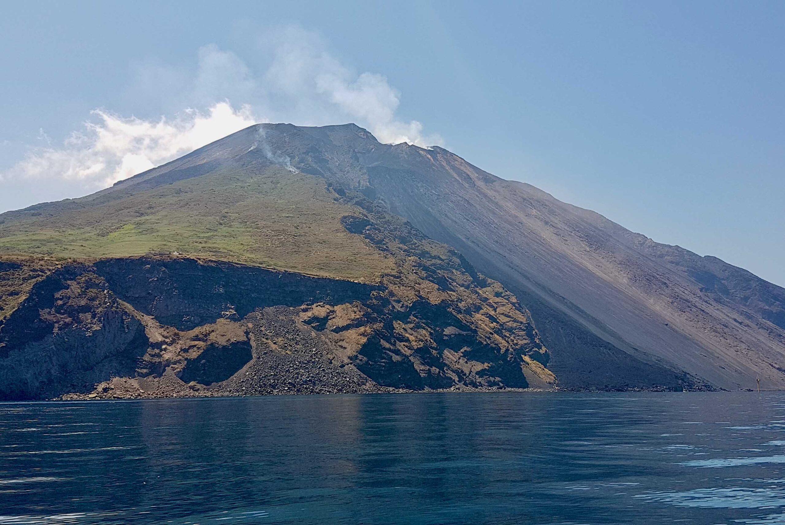 """Lo Stromboli """"imita"""" l'Etna, trabocco lavico dal cratere: i DETTAGLI dell'Ingv"""