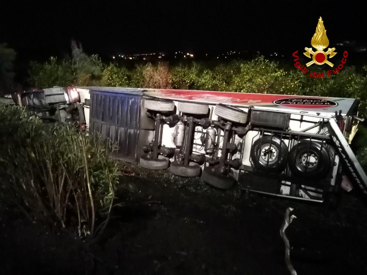 Pauroso incidente sulla A18, autoarticolato esce fuori dalla carreggiata e si ribalta: ferito l'autista