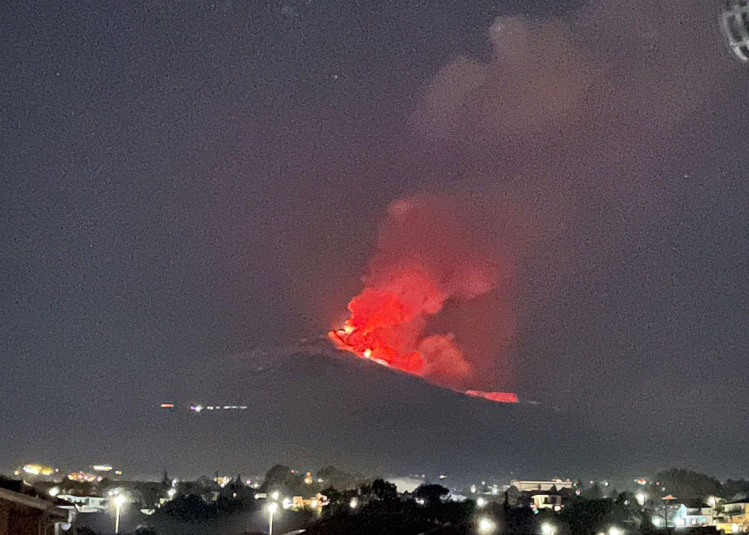 Catania, l'Etna infuoca il cielo e lo tinge di rosso: fontana di lava ed eruzione nella notte – Le FOTO