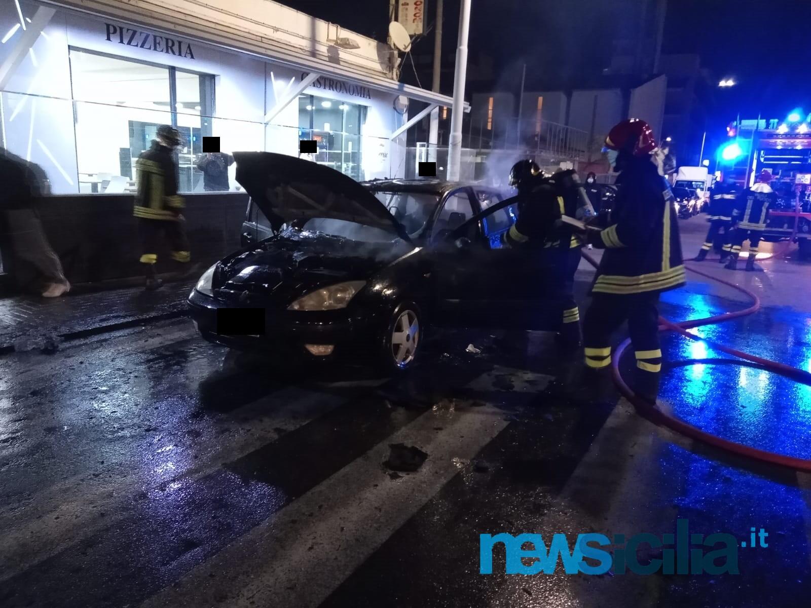 Paura a Catania, auto in fiamme al viale Mario Rapisardi: vigili del fuoco in azione – FOTO
