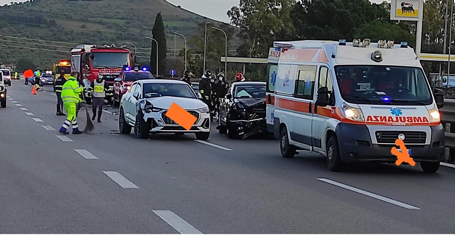 Incidente sulla Catania-Palermo, scontro tra due auto: traffico letteralmente paralizzato, ambulanza sul posto