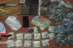 Detenzione e spaccio di droga, erba e fumo dal valore di 5mila euro: doppio arresto