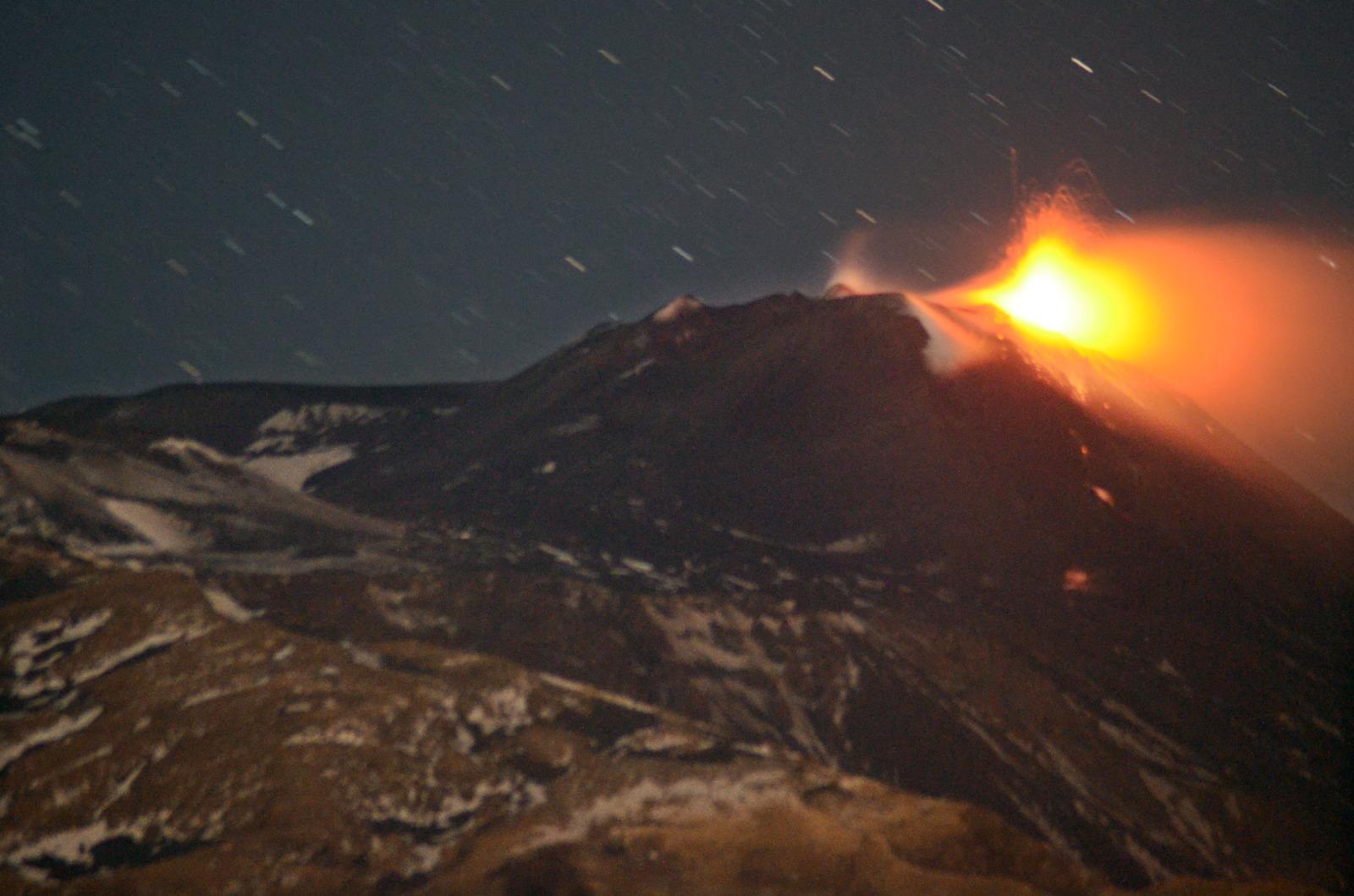 """Catania, eruzione dell'Etna. INGV: """"Colata in raffreddamento. Continua debole attività stromboliana"""""""