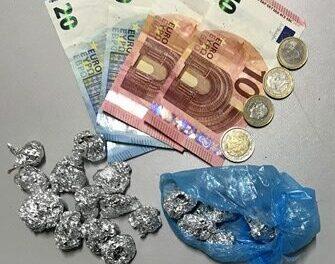Adrano, scooter senza targa e assicurazione: giovani con droga, un arresto e 9mila euro di multe