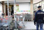 Ruba prodotti al supermercato e tenta la fuga: 40enne incastrato dagli agenti, denunciato