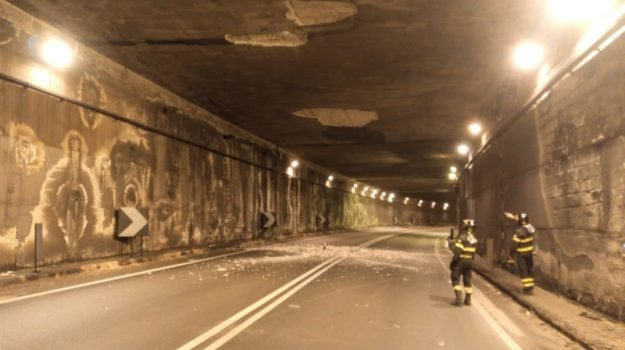 Pericolo sulla Statale, calcinacci si staccano in galleria: coinvolta un'auto proveniente da Catania