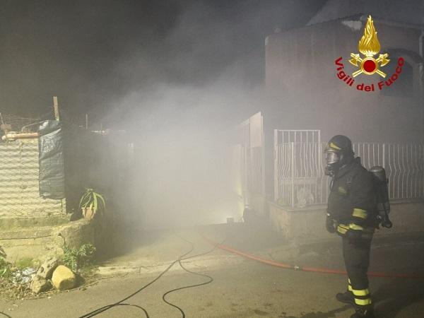 Doppio incendio a Palermo, fiamme in un magazzino e in una abitazione – FOTO e VIDEO