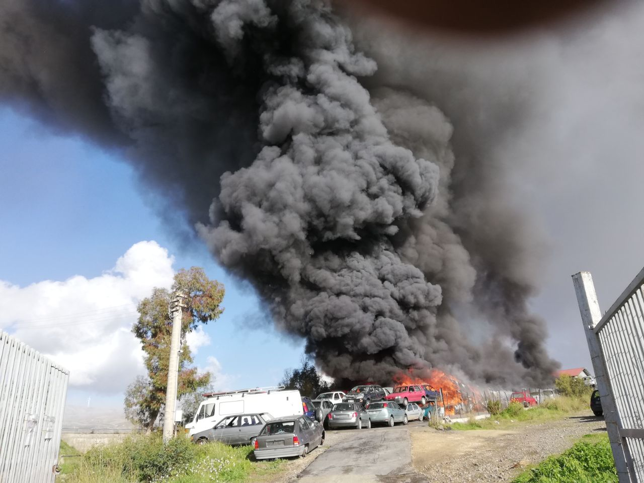 Vasto incendio nel Catanese: un centinaio di auto in fiamme, le FOTO e i VIDEO di quanto sta accadendo