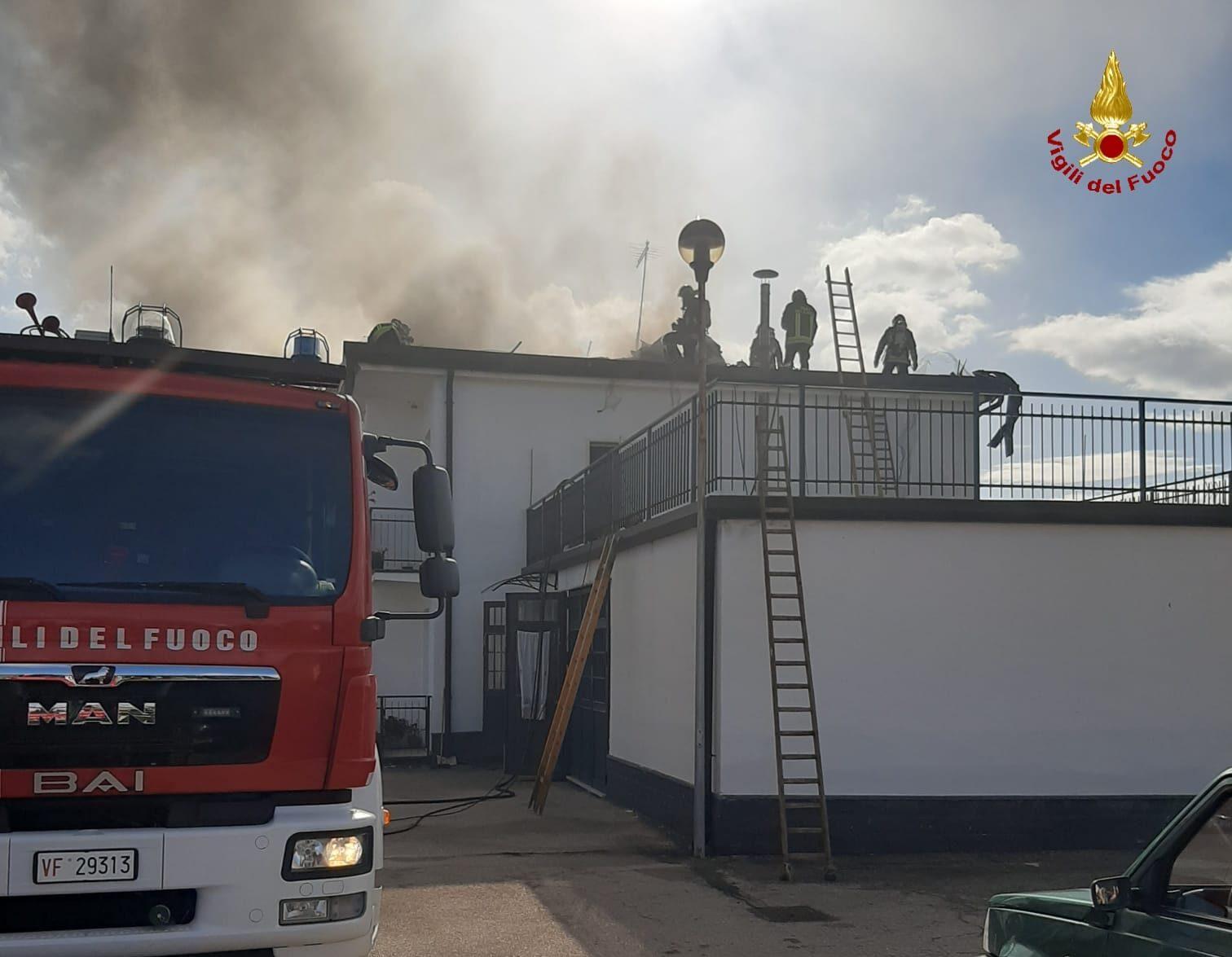 Incendio nel Catanese, tetto di una palazzina di via Alcide de Gasperi in fiamme: occupanti evacuati – Le FOTO