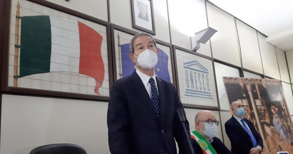 """Covid Sicilia, ristoratori e titolari di palestre occupano il comune. Musumeci: """"Sono con voi"""""""