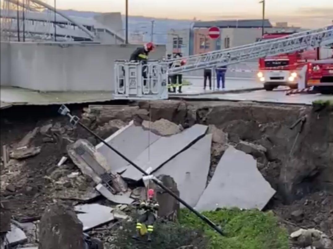 Napoli, dal boato alla voragine: auto inghiottite nel parcheggio dell'ospedale – IL VIDEO IN DIRETTA
