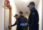 Sorpreso mentre aggredisce la famiglia, prende a calci e pugni i poliziotti: denunciato 40enne a Caltanissetta