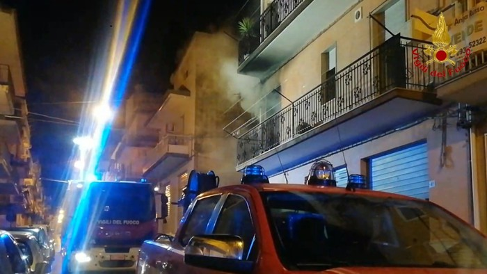 Ragusa, incendio in casa: coperta elettrica in fiamme, salvata una donna. Condominio evacuato – IL VIDEO